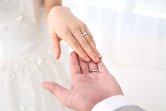 結婚指輪を左手の薬指にはめる風習はどこから来たの?