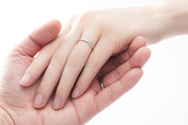 結婚指輪はいつから身につけ始める?