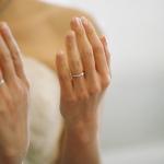 結婚指輪を付けた指