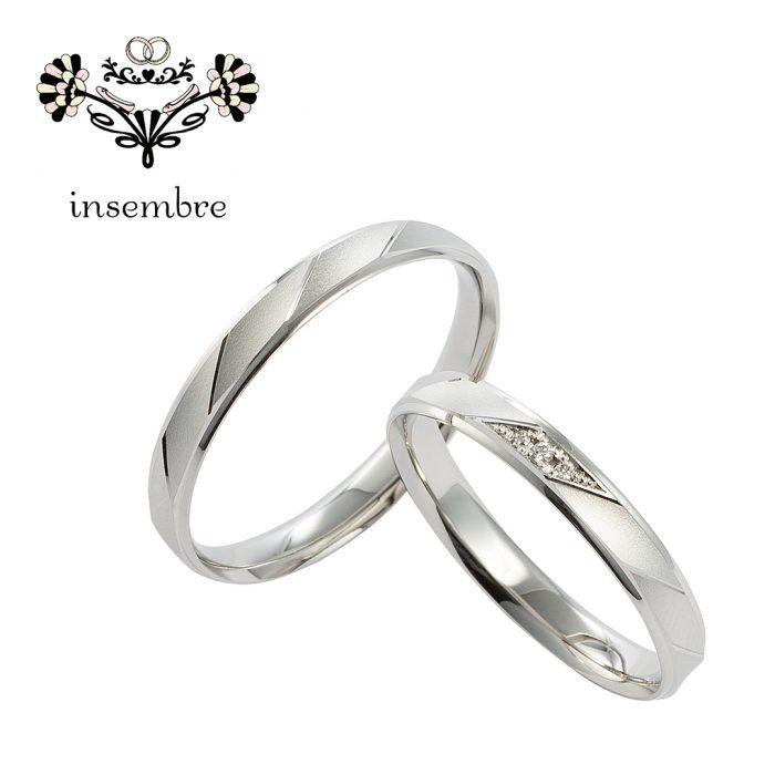 ひし形のくぼみのある面は、つや消し加工で温かみのある印象に。3石のダイヤモンドが際立つデザインです。