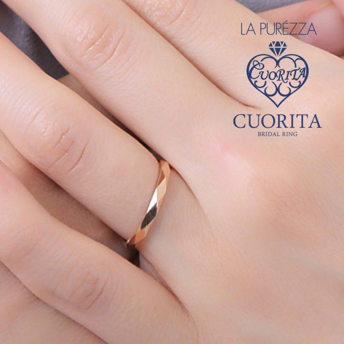 途切れなく菱形のカッティングが施された結婚指輪はシンプルながらも存在感のあるリングになっています